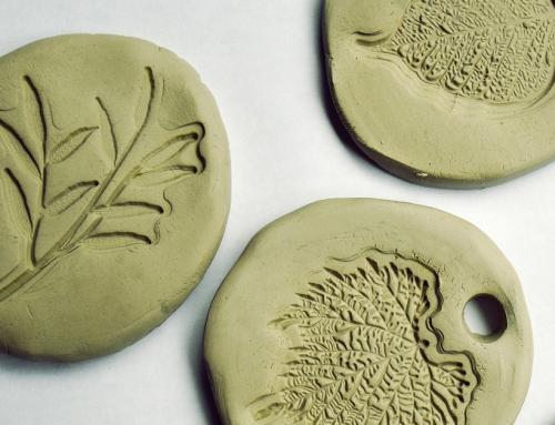 Atelier : décoration sur argile avec des empruntes végétales